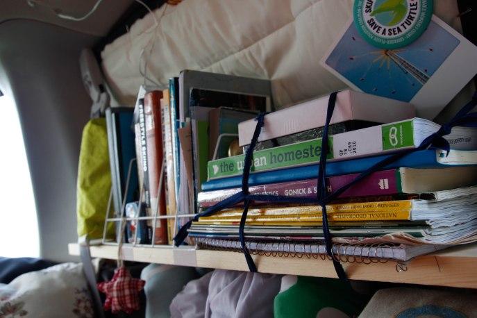 Bücherregal vor Fensterisolierung, darunter meine Unterwäsche, Socken und Kosmetikkorb